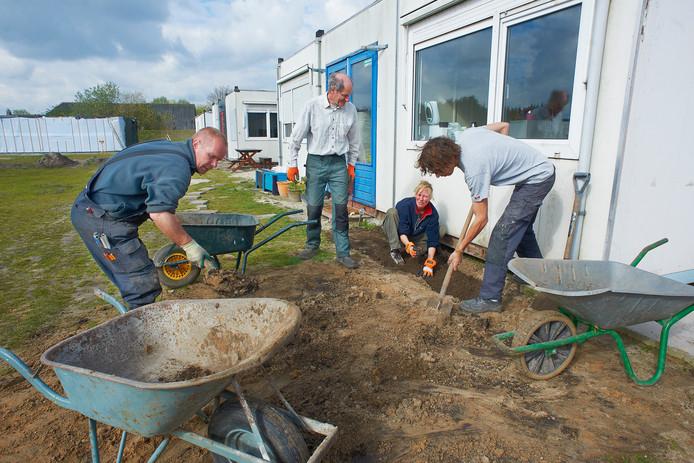 Ecodorpers weken hard aan de vervolmaking van hun dorp.