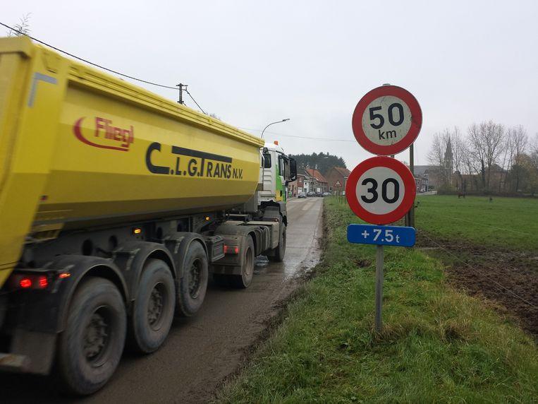 Van en naar het stort mogen vrachtwagens nog slechts 30 per uur rijden in het centrum van Vlierzele.