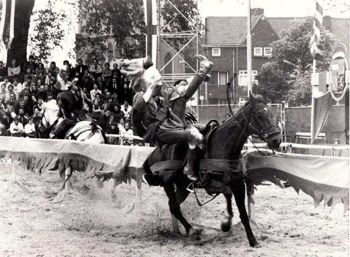 Spektaculaire ridderspelen van een stuntteam in mei 1978 waren onderdeel van een jaar lang festiviteiten in het kader van het 800-jarig bestaan van de stad Helmond.