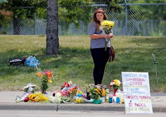 Archieffoto: een vrouw op de plek waar Philando Castile in 2016 werd doodgeschoten.
