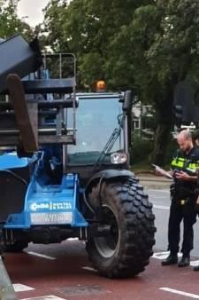 Man trekt verkeerslicht uit de grond met heftruck en vlucht