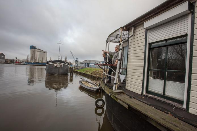 Erik Kersten (links) op een van de woonboten in het Eindhovense afwateringskanaal.