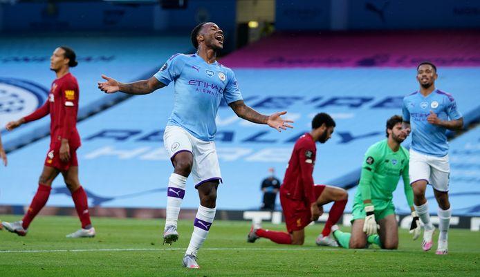 Sterling viert een doelpunt van Manchester City. In de achtergrond baalt onder andere Virgil van Dijk (l).