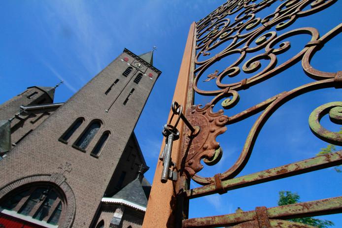 Het hoge toegangshek past volgens de Roosendaalse Commissie Ruimtelijke Kwaliteit (monumenten en welstand) niet bij het kerkgebouw.