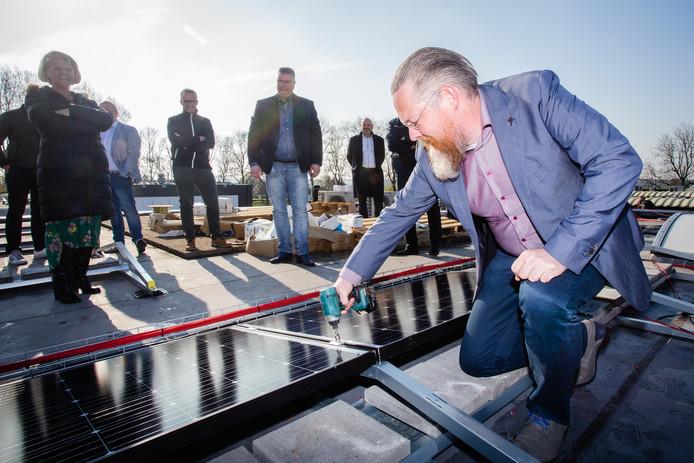Huibert Steen legt nieuwe zonnepanelen op dak van Gameren Mechanisatie.