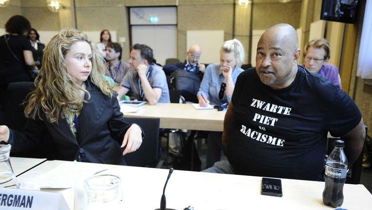 Documentairemaakster Sunny Bergman (L) en Perez Jong Loy in in 2014 de rechtbank in Amsterdam, waar de rechter nogmaals oordeelde over de Amsterdamse sinterklaasintocht met Zwarte Pieten. Beeld anp
