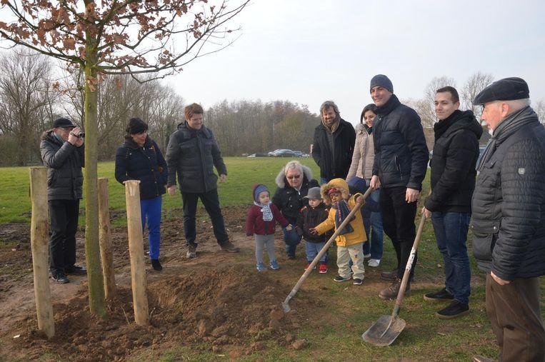 Ninovieter Ishaak Testelmans mag de ontmoetingsboom mee helpen planten, samen met het stadsbestuur en enkele kinderen van kinderdagverblijf De Hartjes.