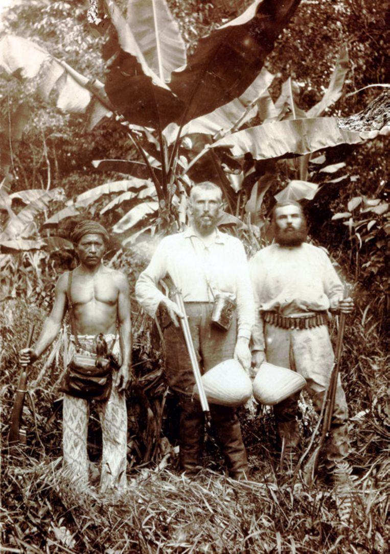 Collectie Naturalis,  natuurvorser en verzamelaar Johann Büttikoffer op expeditie op Borneo in 1894 met koelie en een jager. Hij schreef: 'Ik wil niet verzwijgen dat ik bijna dagelijks apenvleesch at'. Beeld
