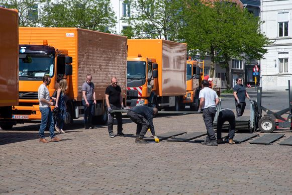 Stadsdiensten vormen 1,5! op het plein.