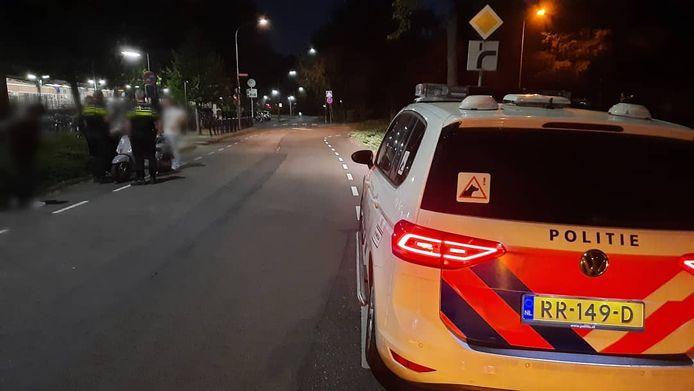 Een 18-jarige dief is aangehouden op het station in Tiel voor het roven van een telefoon van een vrouw. Daarbij sloeg hij het slachtoffer en haar vriend en reed hij de vrouw aan.