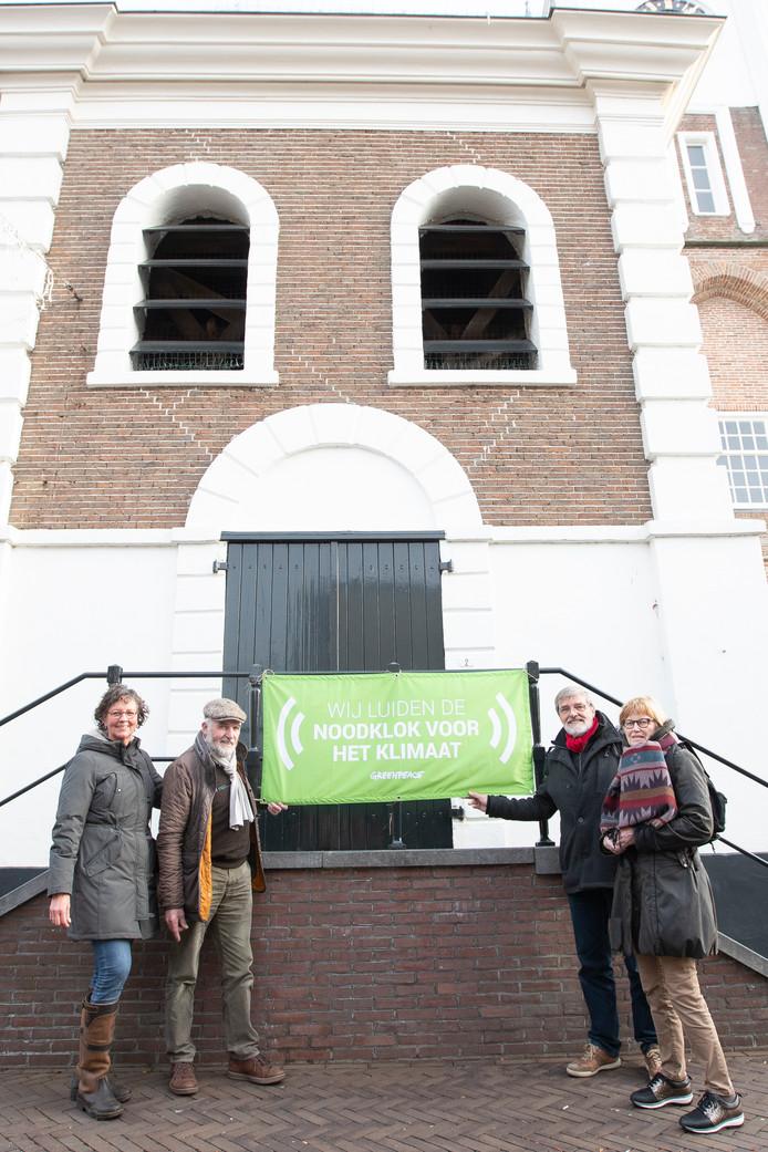 De Gereformeerde kerk Vrijgemaakt in Ommen heeft zaterdag de noodklok voor het klimaat geluid. In Ommen hebben (v.l.n.r.) Jeanette Siertsema, Arend Spijker, Wessel Rozema en Gea Spijker gehoor gegeven aan de oproep van Greenpeace.