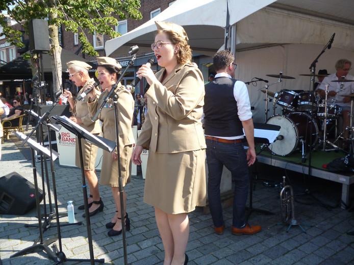 The Andrew Sisters in actie tijdens de Hartemert in Schijndel.