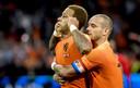 Sneijder omhelst Memphis Depay.