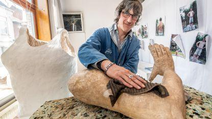 Beeldhouwer met beperking werkt al maanden aan meesterwerk: 'Down De Reus' wordt 3 meter hoog en 450 kilo zwaar
