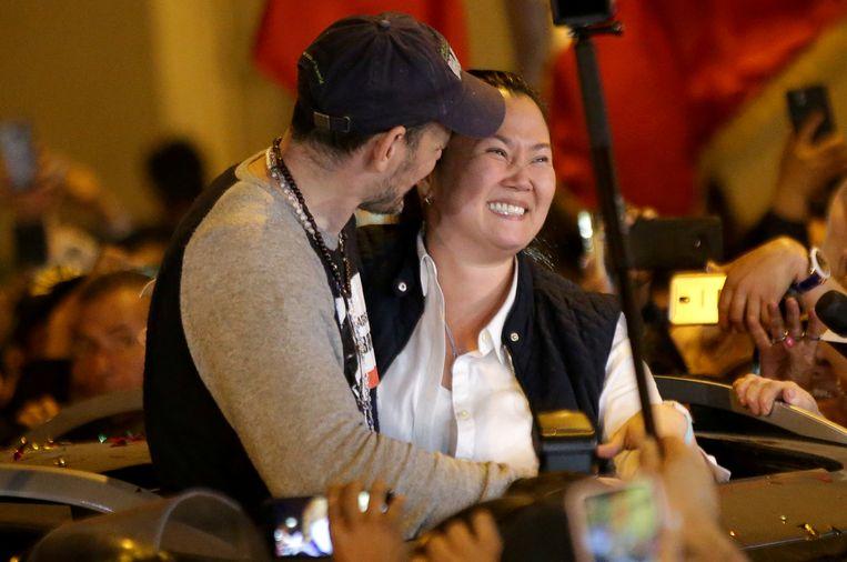 Keiko Fujimori omhelst haar man Mark Vito Villanella.
