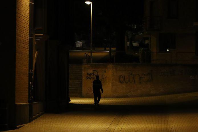 Un étudiant rentrant chez lui à l'heure du couvre-feu édicté par la province du Brabant wallon, le 13 octobre dernier. Depuis lundi soir, celui-ci concerne tout le pays de minuit à 5 heures.