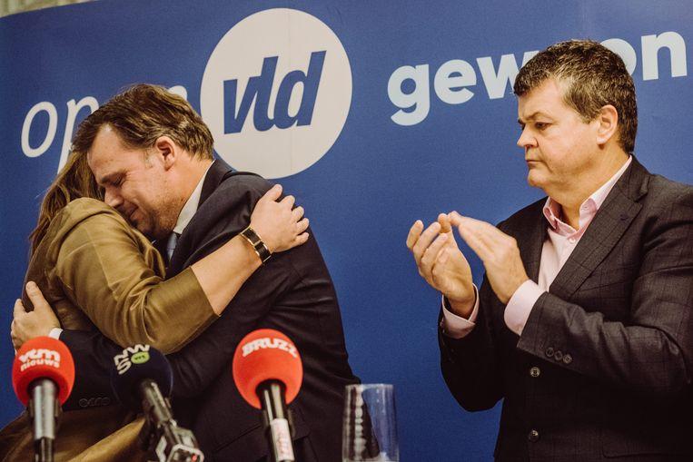 """Een emotionele knuffel tussen voorzitster Rutten en bijna ex-politicus De Backer. """"Gwendolyn en ik, we go way back."""""""