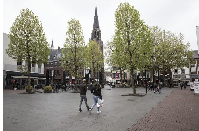 Veel boompjes en kunst op de Markt van Helmond. Aan de rand van de Markt ligt de Lambertuskerk.