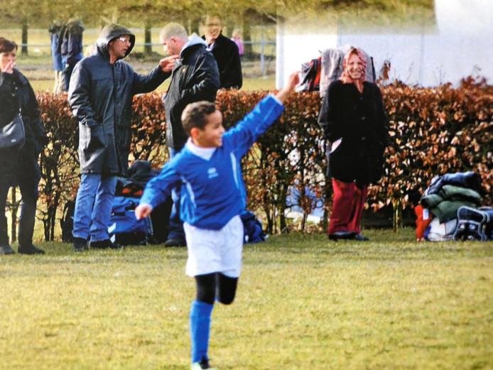 Mohamed Ihattaren als jeugdspeler van SV Houten. Op de achtergrond zijn trotse moeder.