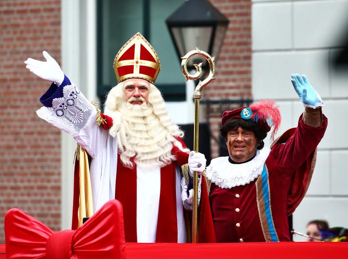 De mythe van Sinterklaas: een man die bakken vol pakjes meeneemt voor élk lief kind. Maar niet elk gezin kan dat verhaal voor zijn eigen kinderen waarmaken.