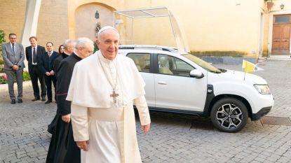 Paus Franciscus gaat met nieuwe pausmobiel een stapje terug