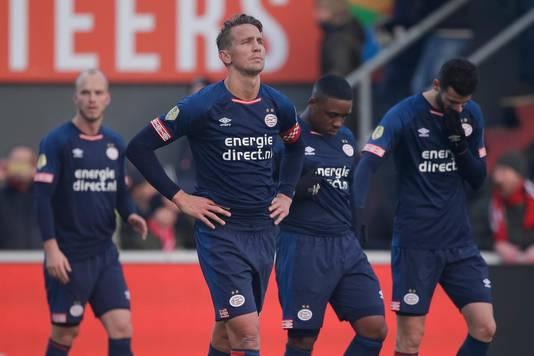 PSV'ers Jorrit Hendrix, Luuk de Jong, Steven Bergwijn en Gastón Pereiro druipen af na de 2-2 in Emmen.