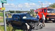 Drie gewonden bij ferme klap op landelijk kruispunt, twee auto's verloren
