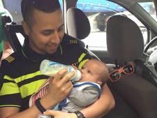 Politieagent geeft baby de fles na ongeluk op N269