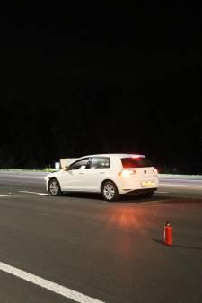 Automobilist rijdt met hoge snelheid achterop vrachtwagen op lege A2