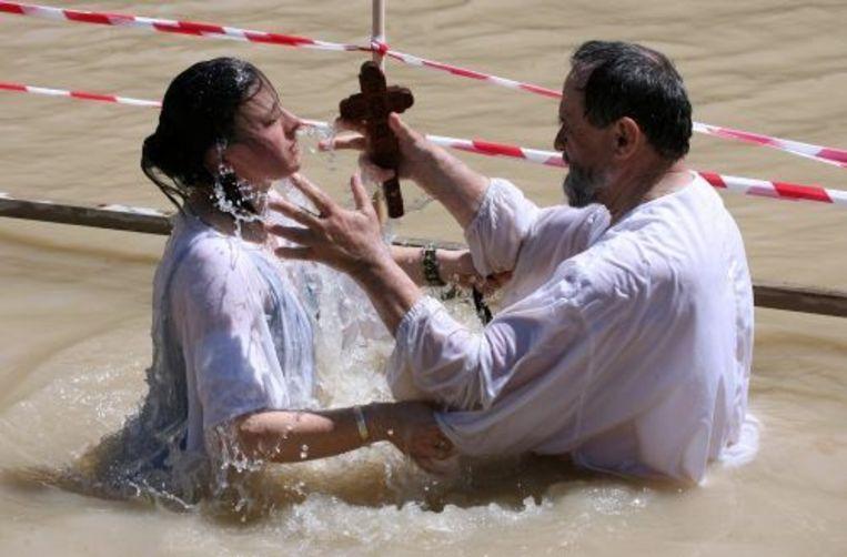 Pelgrims voeren een doopplechtigheid uit in de Jordaan. ANP Beeld
