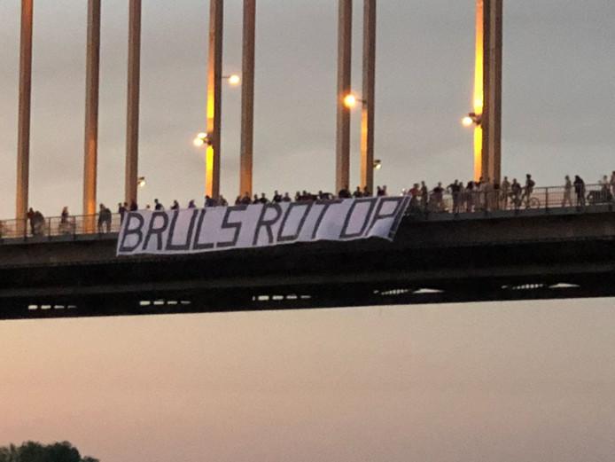 Het spandoek dat de HKN uitrolde op de Waalbrug in Nijmegen.