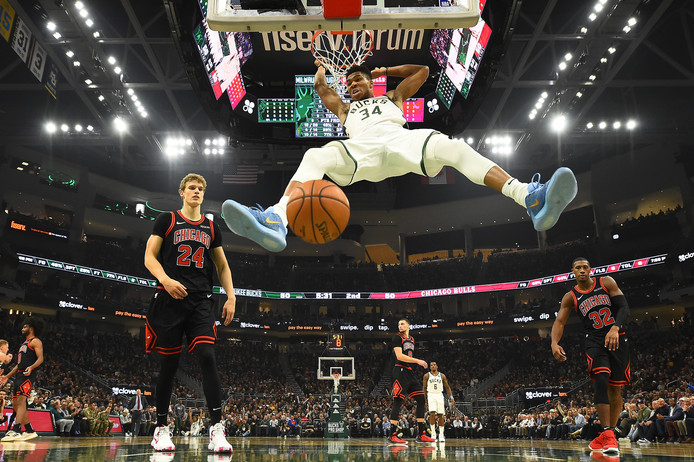 Milwaukee Bucks-superster Giannis Antetokounmpo dunkt raakt tegen Chicago Bulls.