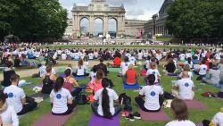 Honderden Brusselaars volgen samen yogales