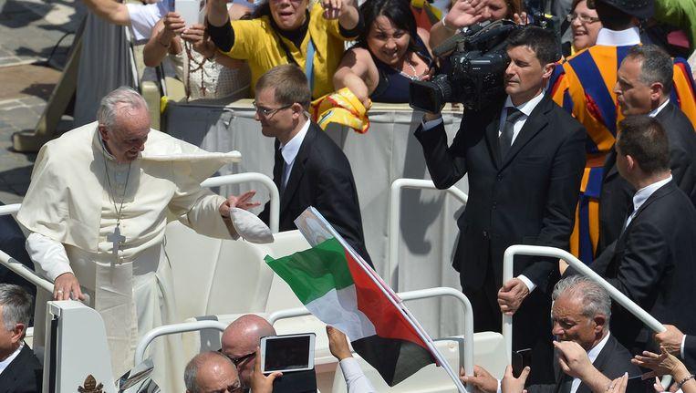 De Paus groet het publiek tijdens de zondagsmis waarbij hij twee Palestijnse nonnen zalig heeft verklaard. Beeld AFP