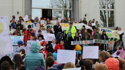 Leerlingen VBS Berchem - Kwaremont komen op straat tegen pesten