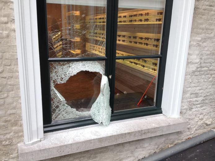 Door met een baksteen een ruit in te slaan, konden de inbrekers naar binnen.