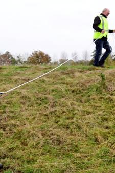 Dijkwachters checken dijk langs de Vecht voor eventuele noodsituaties