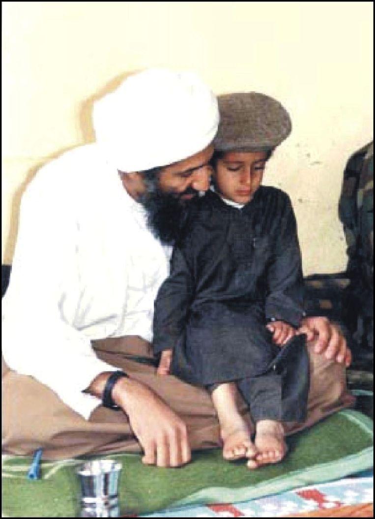 Bin Laden met een van zijn zonen.