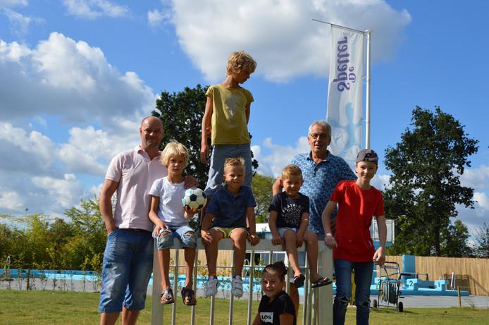 Lennard Berrevoets (Carbid Stichting Tholen, geheel links) en Herman Draaijer (zwembadraad BlijvenSpetteren, tweede van rechts) samen met  zwembadbezoekers Savijn, Fedde, Jilles, Maurits, Joeck en Lisa