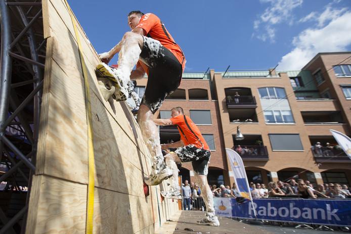 Sportieve activiteiten op zondag in het centrum van Nijverdal, zoals hier de Strongmanrun, zijn de Nederlandse Vereniging tot bevordering van de Zondagsrust en de Zondagsheiliging een doorn in het oog.