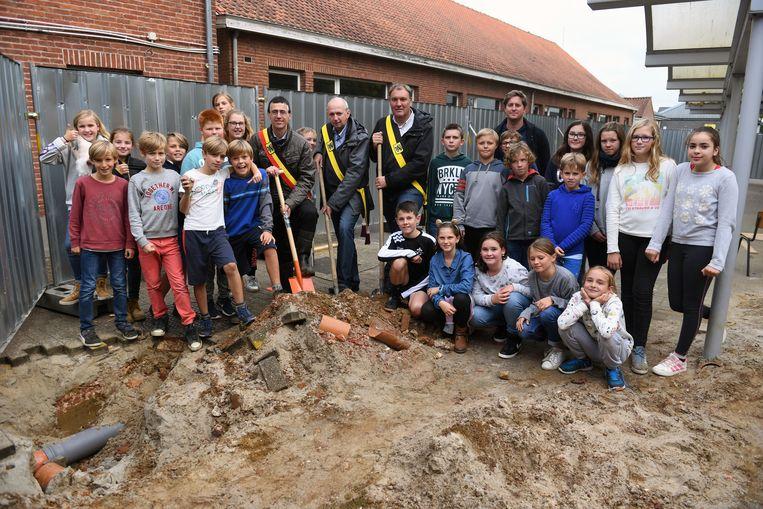 Eerste spadesteek in school Het Anker in Nieuwrode, door burgemeester Hans Eysen en schepenen Rudy Janssens en Dimitri Casteleyn.