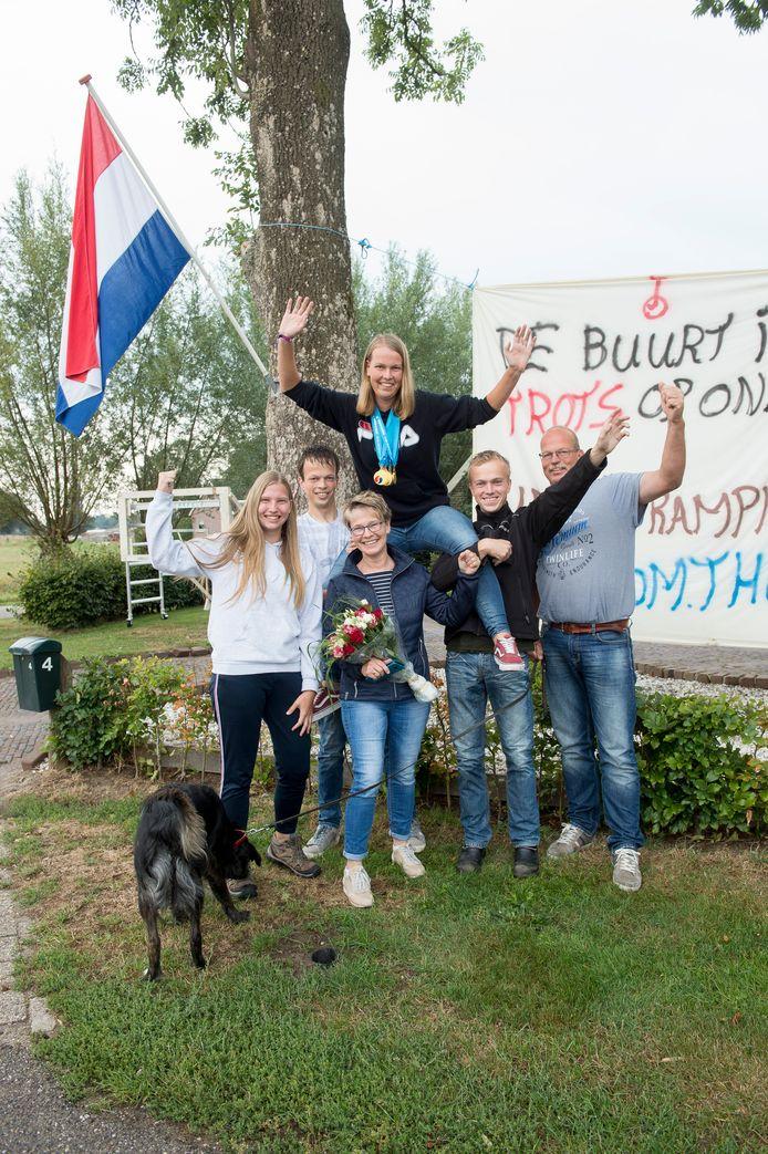 Lisanne Boer keerde na voor haar zeer succesvolle wereldkampioenschappen eenwieleren terug bij haar trotse familie in Wapenveld.