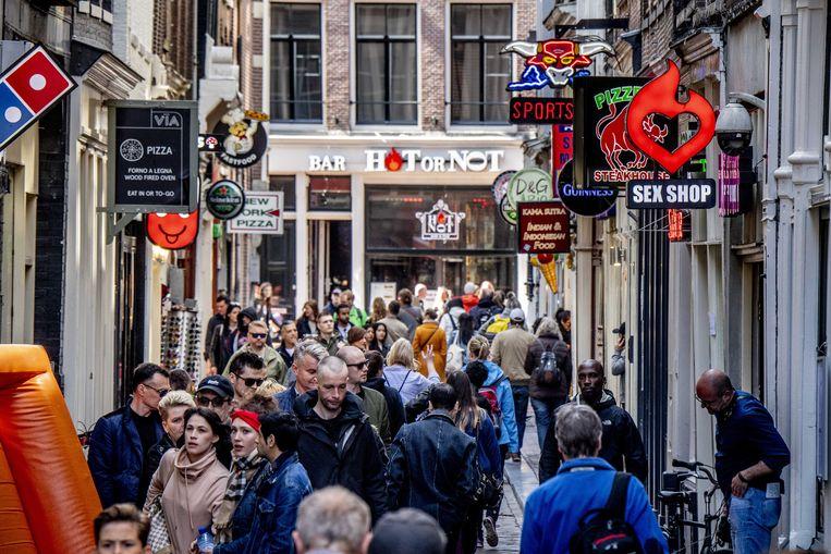 Voorbijgangers op de Wallen in de binnenstad van Amsterdam. Beeld ANP