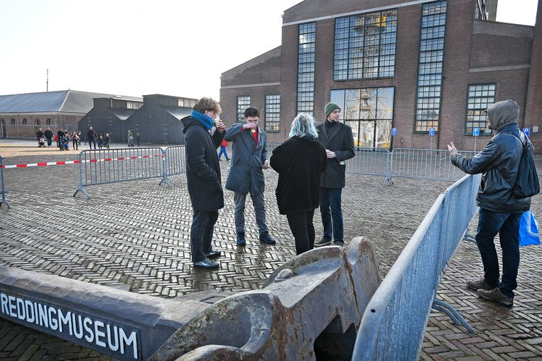 Vier actievoerders tegen Zwarte Piet staan in een demonstratievak in Den Helder. Beeld Guus Dubbelman / de Volkskrant