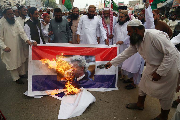 Boze radicale islamisten in Pakistan hielden de afgelopen dagen een protestmars van Lahore naar de hoofdstad Islamabad als protest tegen Wilders' plan voor een cartoonwedstrijd.  Daarbij staken ze onder meer portretten van Wilders en Nederlandse vlaggen in brand. Beeld EPA