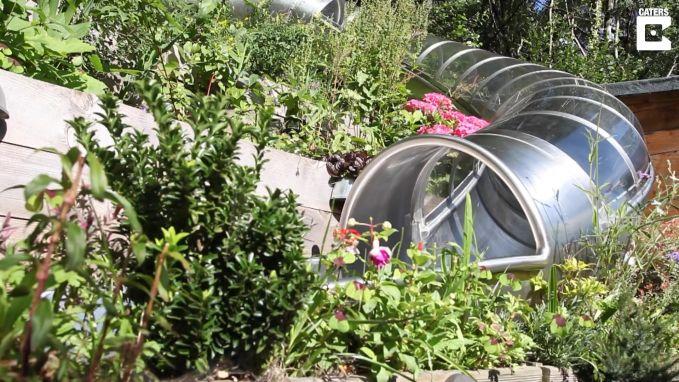 Vader installeert olympische glijbaan in tuin