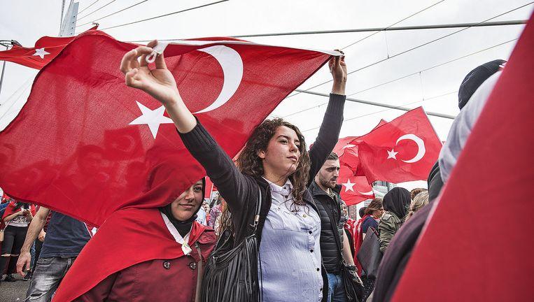Turkse Nederlanders betuigen in Rotterdam steun aan Erdogan na de mislukte couppoging, 16 juli 2016. Beeld  Guus Dubbelman/ de Volkskrant