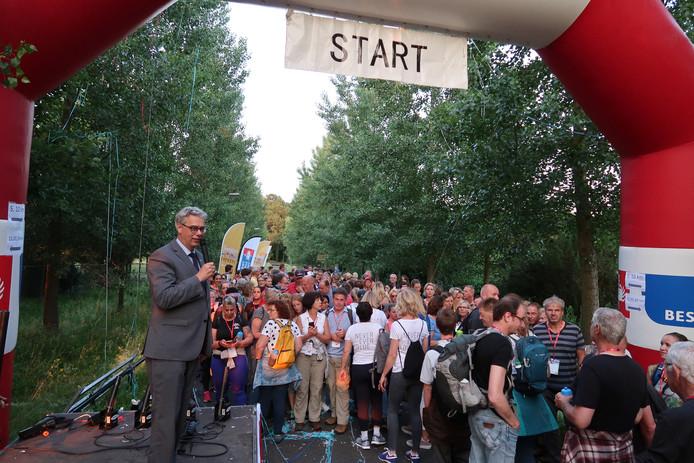 Het startschot voor de Midzomer Wandeltocht in Eindhoven.