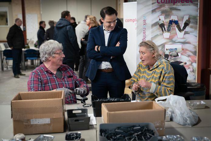 Wethouder Joa Maouche opent het Werkpunt Groen Waarden bij het bedrijf Hooijer in Doorwerth. Links Theo Lentjes en rechts Willy Verstegen.