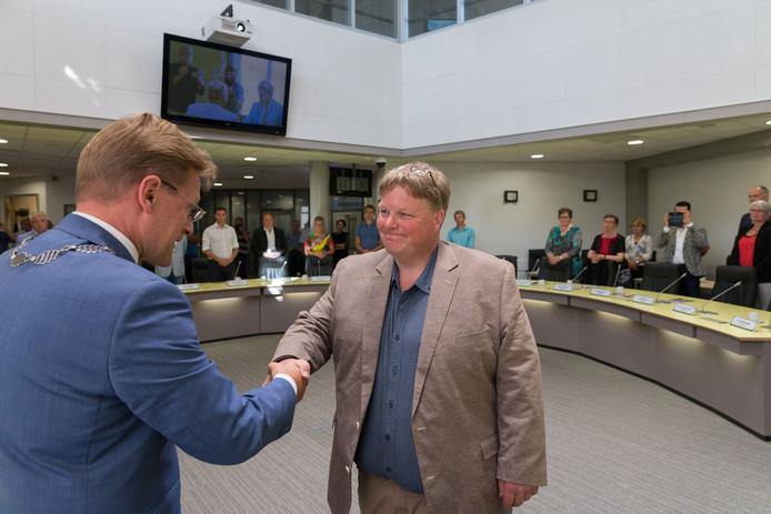 Oene Akkerman krijgt medio 2017 bij zijn installatie als wethouder de felicitaties van burgemeester Rob Bats van Steenwijkerland. Ruim een jaar later stopt Akkerman.